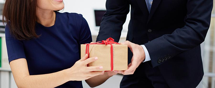 8 Amazing Gifts for Your Team This Holiday Season